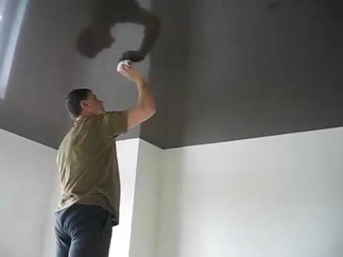 kак мыть натяжной потолок
