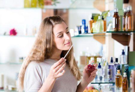 zhinka-testuye-parfumy