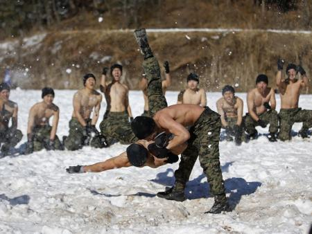 Shirtless members of the South Korean Special Warfare Forces take part in a winter exercise in Pyeongchang January 8, 2015. North Korean leader Kim Jong Un said there was 'no reason' not to hold a high-level summit with neighbouring South Korea, speaking in a New Year's address broadcast by state media last Thursday.  REUTERS/Kim Hong-Ji (SOUTH KOREA - Tags: POLITICS MILITARY) - RTR4KIRX