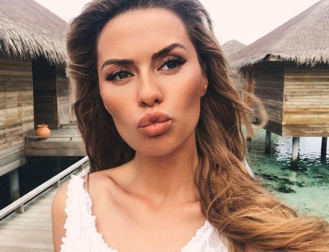 Виктория Боня интригует снимком в купальнике на фоне слухов об увеличении груди
