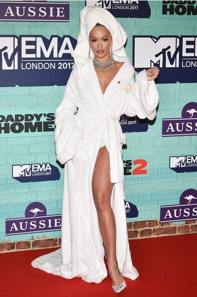 Рита Ора пришла на премию в трусах и банном халате