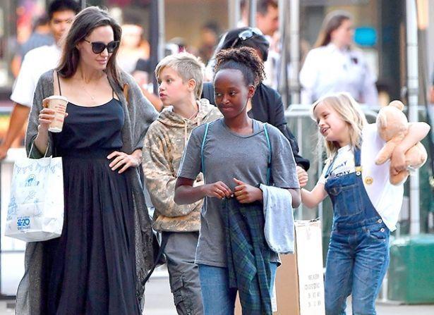 НЕ ХОДЯТ В ШКОЛУ: Анджелина Джоли рассказала про методику обучения детей и изучение ими русского языка