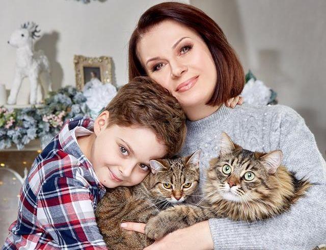 Алла Мазур снялась в новогодней фотосессии с сыном и своими котиками (ФОТО)