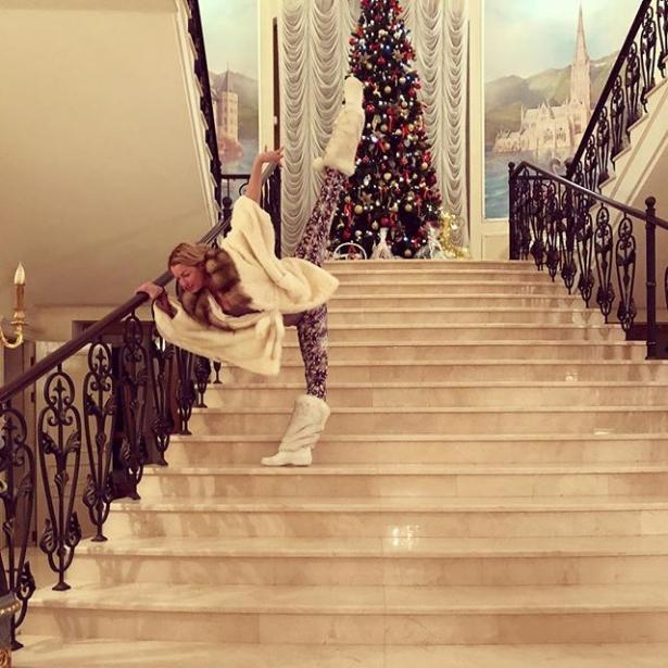 ТАКОГО ступеньки еще видели: Волочкова съехала на шпагате с мраморной лестницы