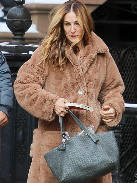 Сара Джессика Паркер в нелепом пальто стала похожа на Бабу-ягу