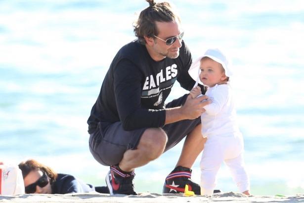 Малышка подросла: Брэдли Купер и Ирина Шейк вместе с дочерью отдыхают на пляже (ФОТО)