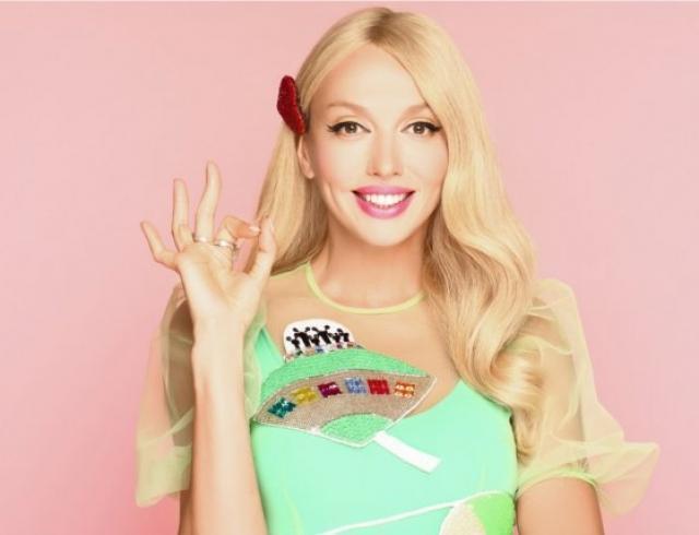 С поп-корном и в ярких нарядах: Оля Полякова показала, как позировала с дочками в стильной фотосессии