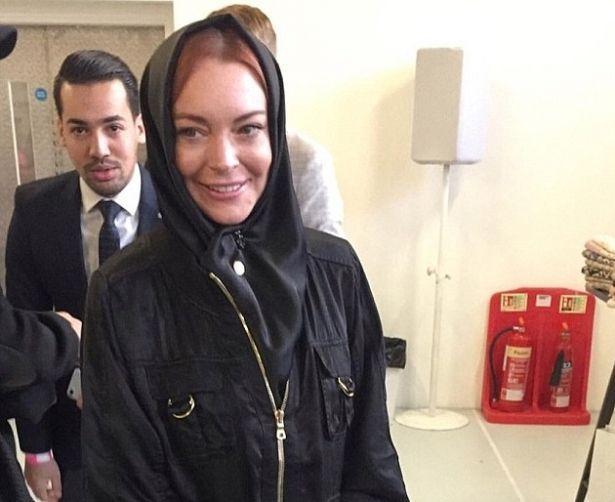 Сменила веру? Линдси Лохан пришла в хиджабе на модный показ в Лондоне (ФОТО)
