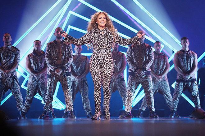 Полный леопард! Дженнифер Лопес облачилась в плюш с ног до головы