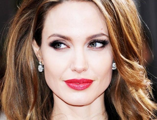 Анджелина Джоли блистает на красной дорожке, пока Брэда Питта сватают с Дженнифер Энистон (ФОТО+ОПРОС)