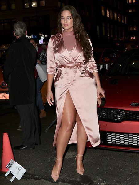Забыла переодеться: Эшли Грэм пришла на вечеринку в мятом халате