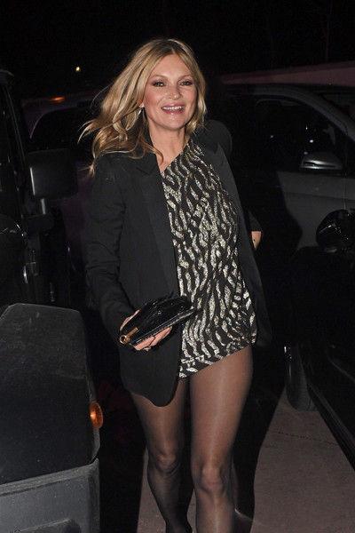 Кейт Мосс задрала платье выше некуда и показала совсем худые ляжки