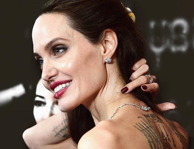В новом интервью Анджелина Джоли рассказала, чему учит дочек, и как начала свою борьбу за права женщин