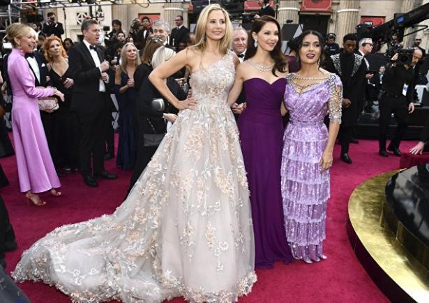 """Сальма Хайек вызвала недоумение выбранным платьем для премии """"Оскар-2018"""""""
