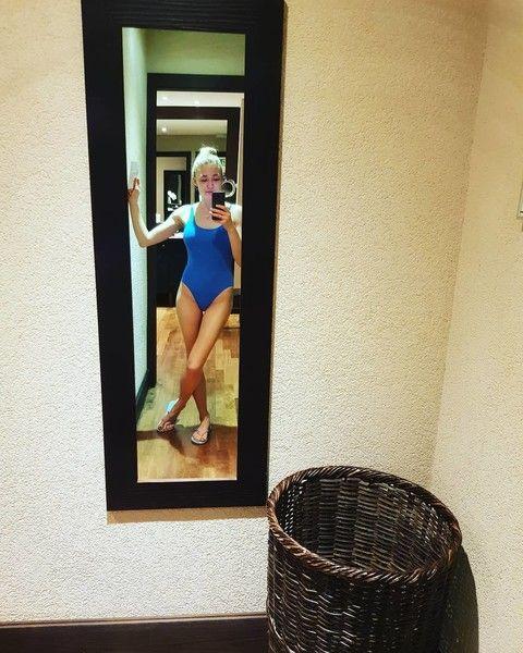 Многодетная мать Оксана Акиньшина удивила селфи в купальнике