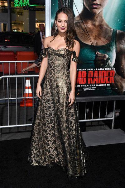 Новая Лара Крофт сверкнула грудью на премьере фильма