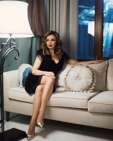Анфиса Чехова показала стройные ножки в уютном бархатном платье