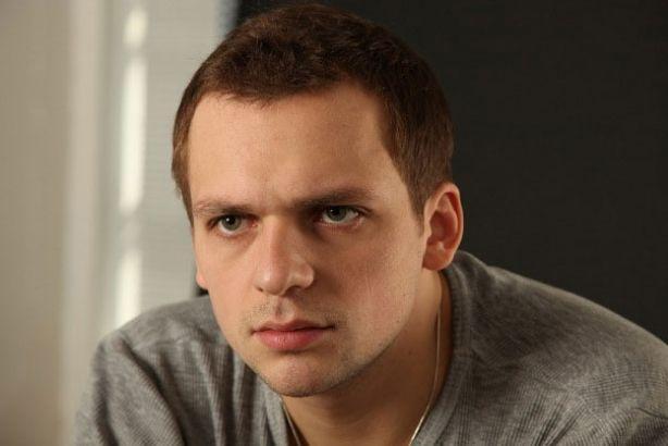 С чистого листа: перенесший инсульт актер Алексей Янин учится заново сидеть и есть