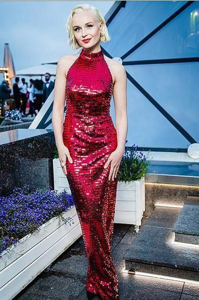 Не тот размер: Гагарина надела платье с огромным лифом
