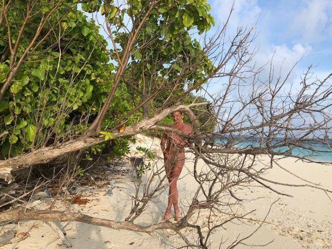 Волочкову, гуляющую нагишом, сфотографировали на пляже