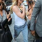 Дженнифер Лоуренс гуляет по улице в пижаме и тапках