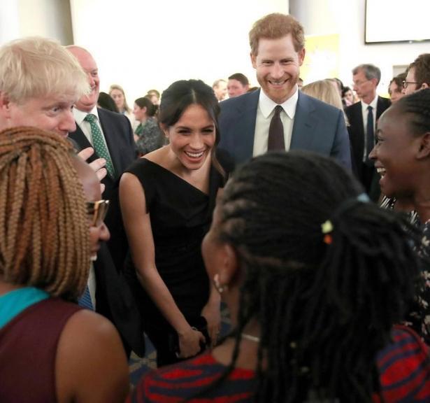 Меган Маркл в платье миди и принц Гарри побывали на приеме в рамках саммита Содружества наций (ФОТО)