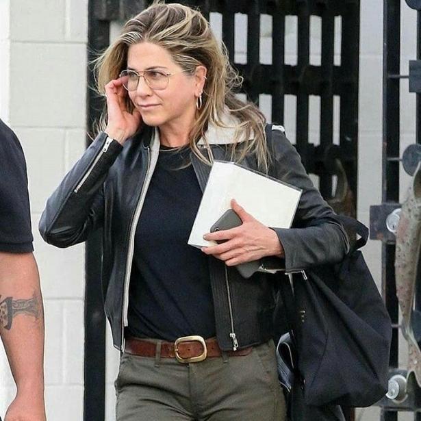 Дженнифер Энистон в стильном образе и без макияжа заметили в Беверли-Хиллз (ФОТО)