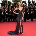Голый парад в Каннах: знаменитые модели вышли в откровенных платьях