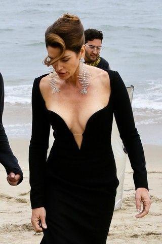 Синди Кроуфорд показала грудь на съемках