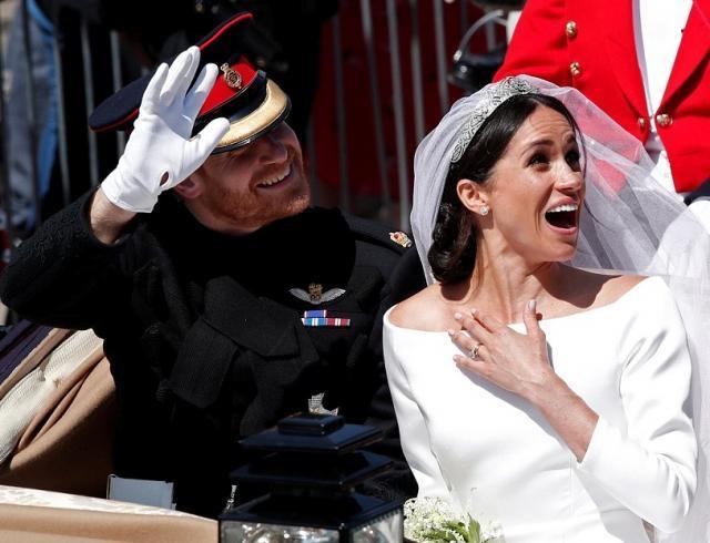 Как британцы встречали новоиспеченных супругов Меган Маркл и принца Гарри: ФОТО