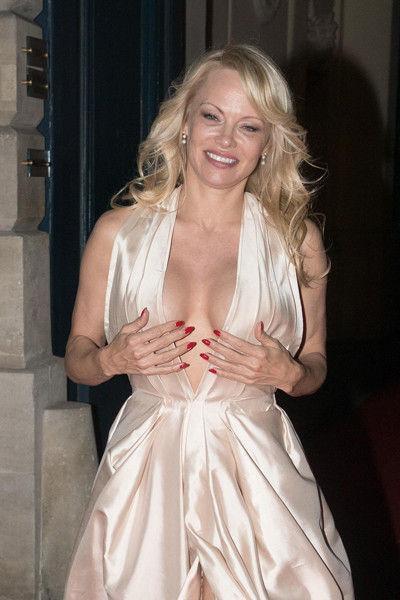Упругий силикон: Памела Андерсон и в 50 лет показывает грудь