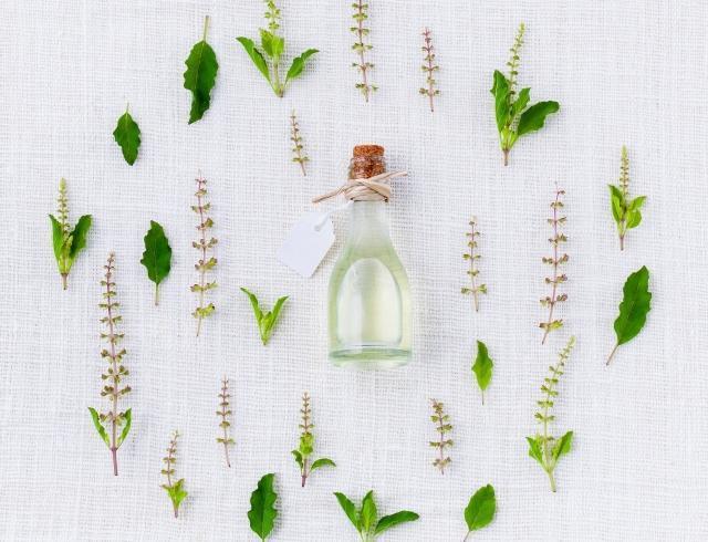 Проблемная кожа: четыре эфирных масла, которые снимут воспаления