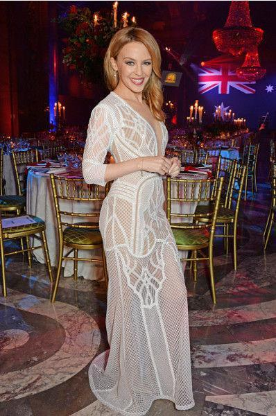Кайли Миноуг надела платье с грудью на спине