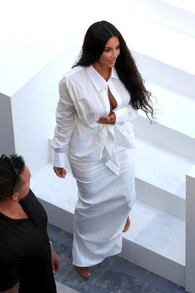 Ткань не выдержала: на груди Кардашьян разошлось платье