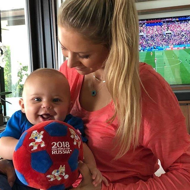 Папина улыбка: Анна Курникова показала сынишку Энрике Иглесиаса