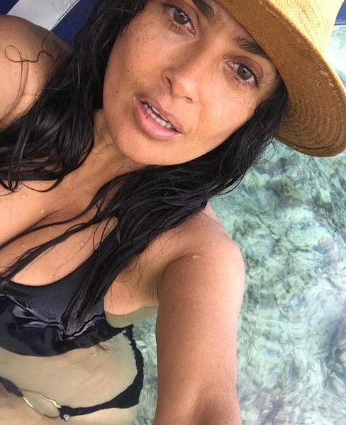 51-летняя Сальма Хайек удивила грудью 20-летней девочки