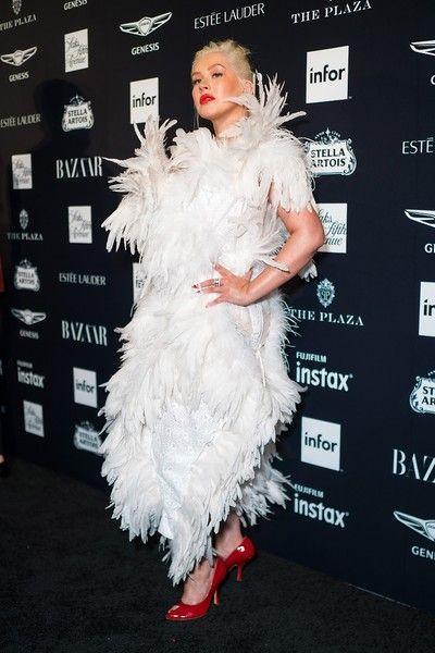 Агилера в платье из перьев превратилась в гадкого утенка