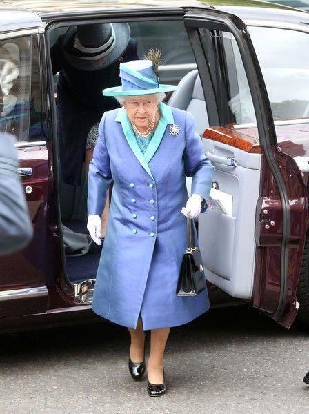 Стало известно, почему королева Елизавета носит одни и те же туфли