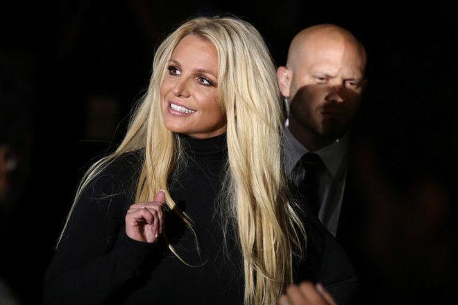 Бритни Спирс произвела фурор стильным черным платьем