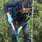 Беременная Маркл работает с лопатой как заправский садовник