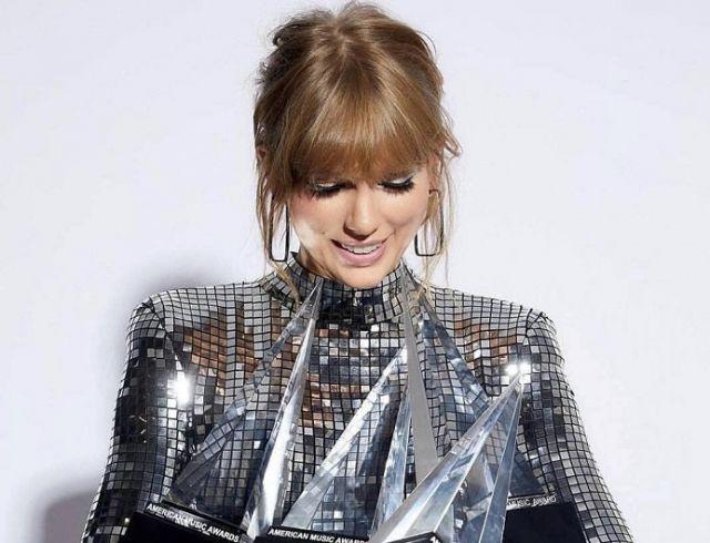 Тейлор Свифт в серебристом мини-платье стала четырехкратным лауреатом American Music Awards (ГОЛОСОВАНИЕ)