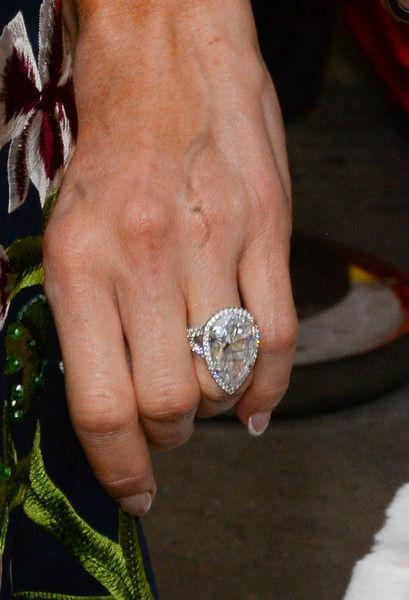 Экс-жених Пэрис Хилтон требует вернуть кольцо за 2 миллиона, которое он не покупал