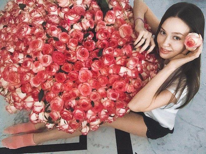 Какие цветы дарят звездам: Лопырева похвасталась шикарным букетом