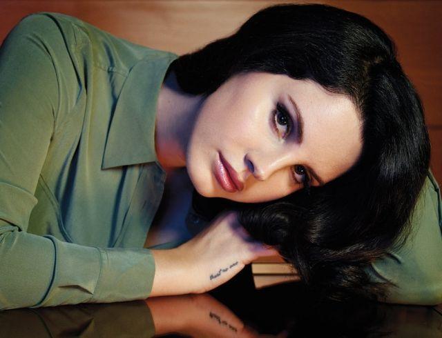 После творческого затворничества Лана Дель Рей анонсировала выход новой песни и сборника стихов