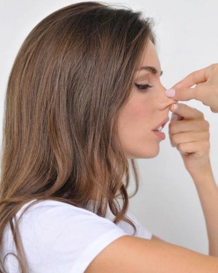 Мастер по фитнесу лица показала, как уменьшить нос без операции
