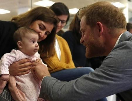 Принц Гарри пообщался с 3-месячным малышом: это очень мило!