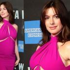 Беременная Энн Хэтэуэй в платье цвета фуксия сходила на спектакль в Нью-Йорке