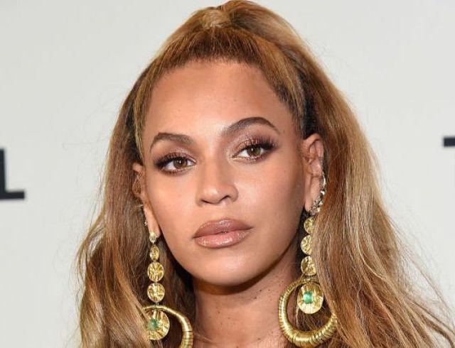Редко, но метко: певица Бейонсе в роскошном золотом образе на открытии киностудии (ГОЛОСОВАНИЕ)