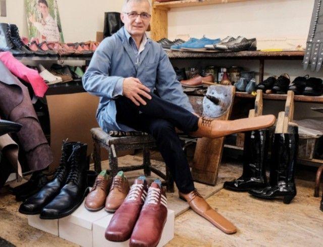 Сапожник из Румынии создает длинноносую обувь, чтобы люди могли соблюдать дистанцию