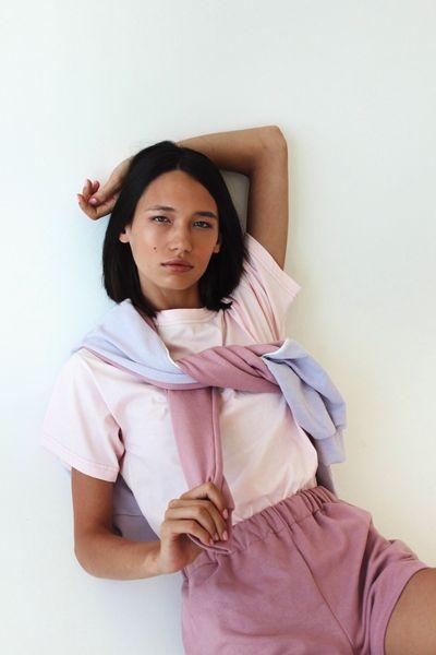 Спортивные костюмы в стиле пэчворк и футболки с предсказаниями: TATMAN представили новую линию комфортной одежды